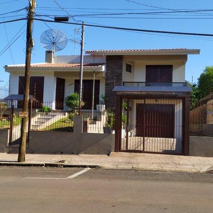 Excelente casa com piscina em área nobre de Marau
